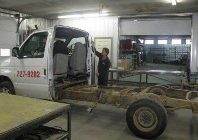 Étape no 1, coupe de carrosserie d'une fourgonnette Diesel pour l'adaptation