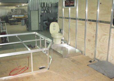Étape no 6.1, Installation de la base du lit et de la toilette/douche, vue avant.