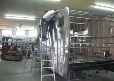 Étape no 7, Installation du reste des renforts et plaquage de mur en aluminium.