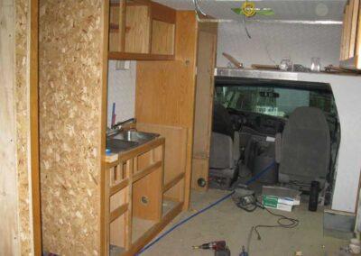 Étape no 14.1, Installation des séparations intérieures, des armoires et de la tuyauterie, vue avant.