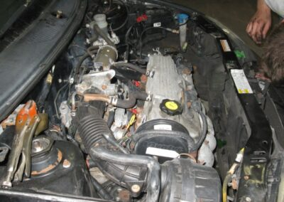 Étape no 1, prendre connaisance du contenu de la voiture et commencer a retirer ler moteur a essence.