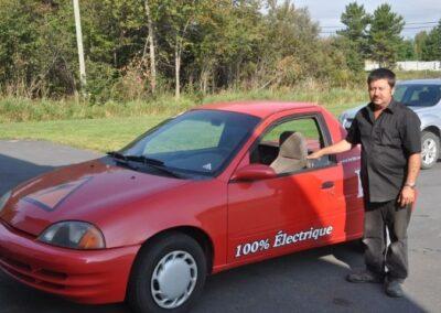 Exhibition de la voiture électrique avec son créateur, Lionel Bertrand.