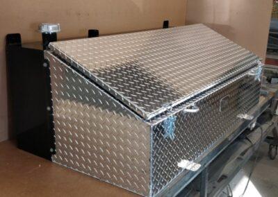 Coffre avec réservoir en acier