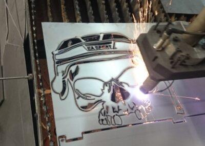 Découpe sur table plasma dans de l'acier 1/16. Vision de la table en action