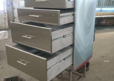 Meuble à tiroir totalement en acier inoxydable, ouvert.