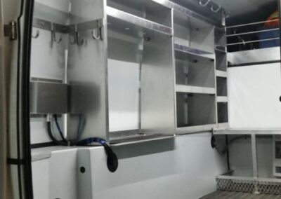 Compartiment de rangement intérieur pour camionnette fermée
