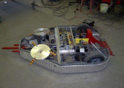 """Exibition de l'intérieur d'un Robot pour un """"Robotwar"""" fabriqué par la Ferblanterie LM Bertrand."""