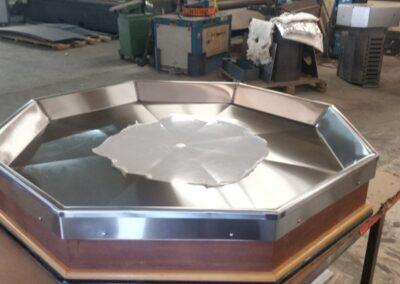 Table présentoir recouverte d'acier inoxydable.