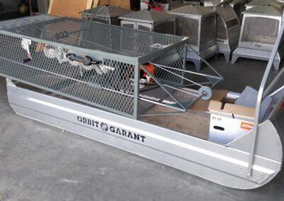 Décorations de train installées sur tracteur avec wagon créé par la Ferblanterie LM Bertrand