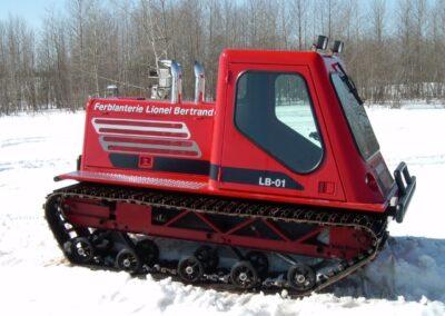 Exibition d'un véhicule à chenilles fabriquer par la Ferblanterie LM Bertrand